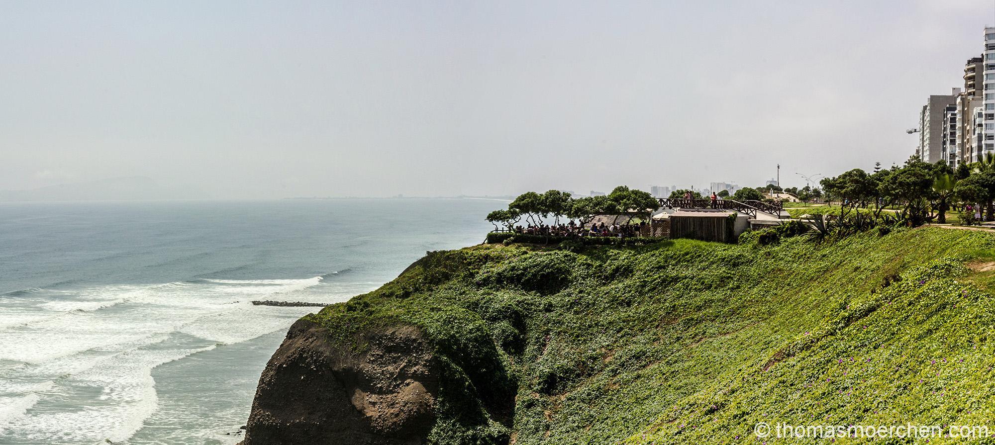 Panomara in Miraflores mit Blick auf ein Restaurant auf einem Vorsprung