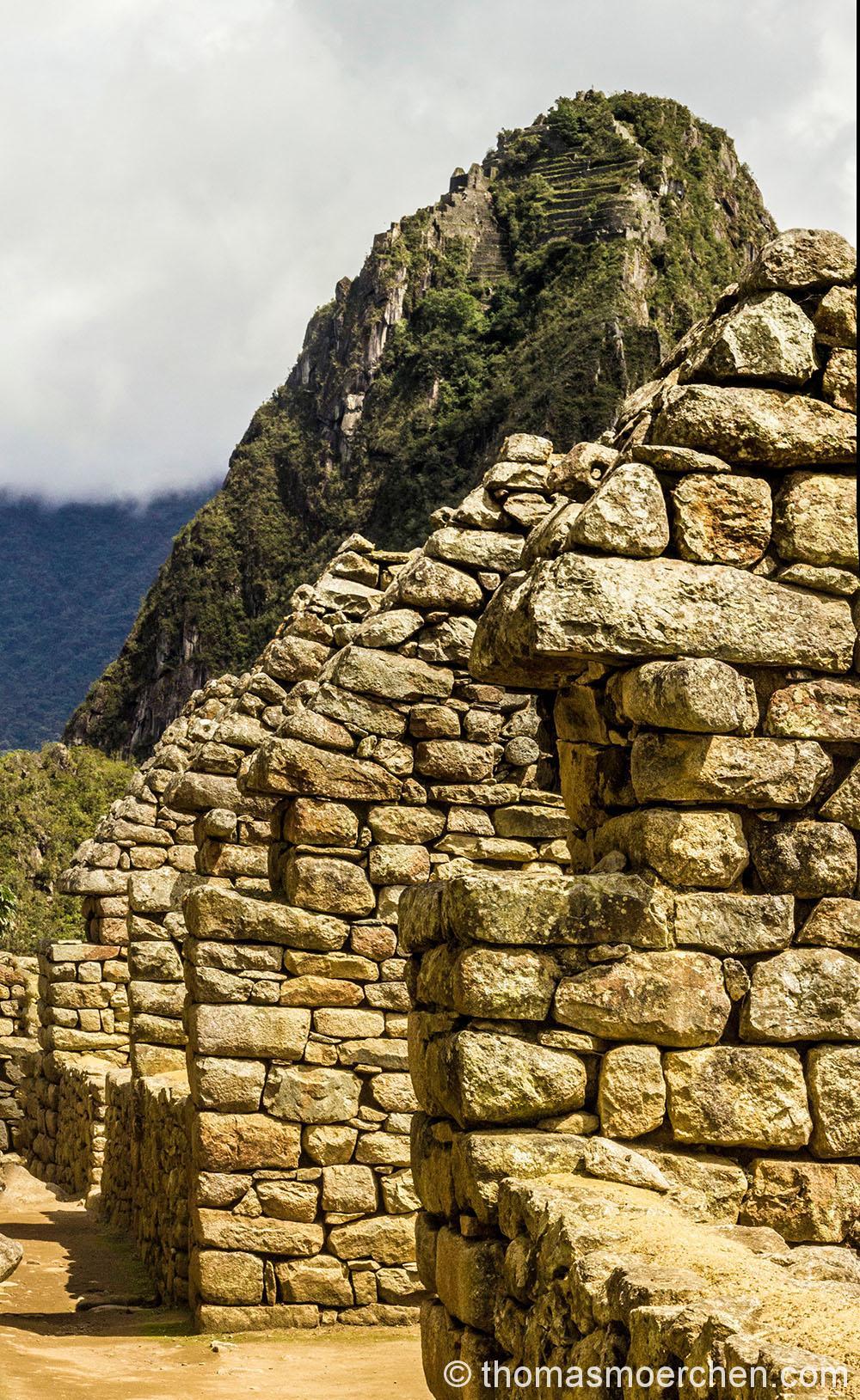 Im Hintergrund der Berg Machu Picchu
